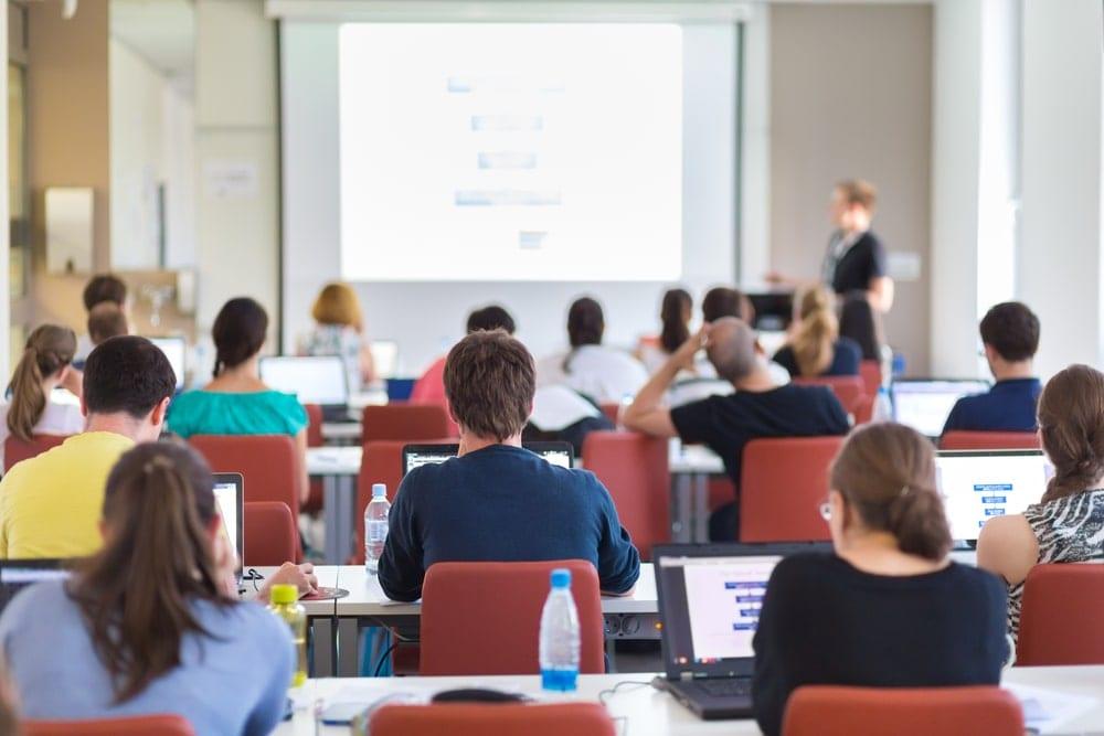 Sistema educativo enseñar bitcoin y criptomonedas clases de economía